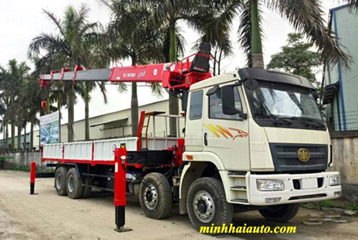 xe tải faw 4 chân gắn cẩu atom 12 tấn